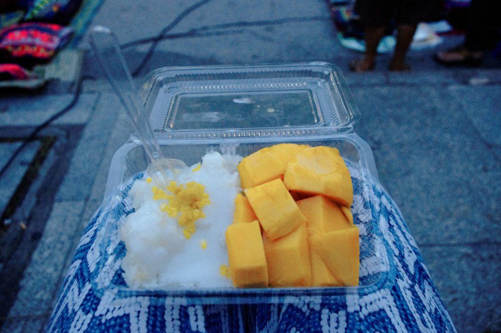 Eine Portion Sticky Rice mit Mango