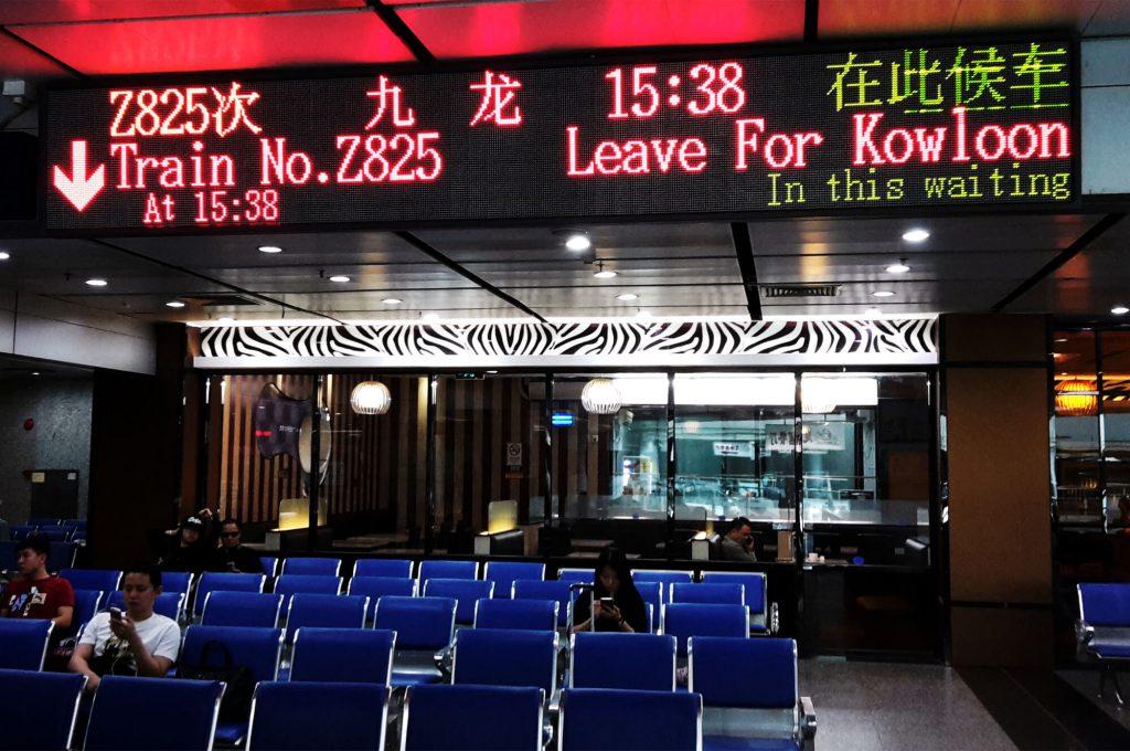 Reisen von China nach Hongkong - Wartebereich am Bahnhof in Guangzhou