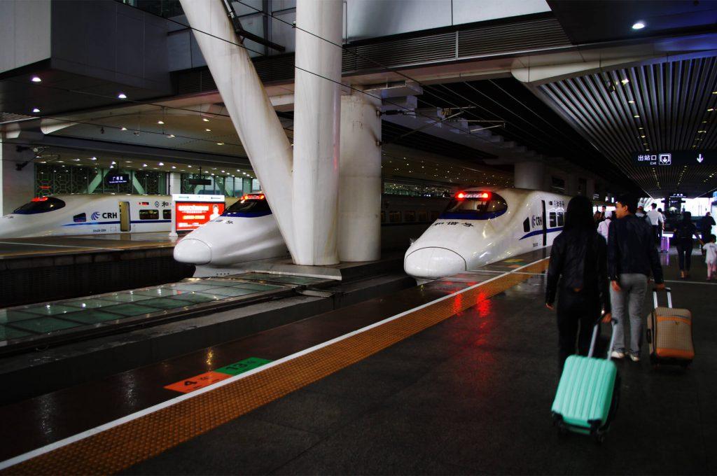 Reisen in China - Schnellzüge am Bahnhof von Guangzhou