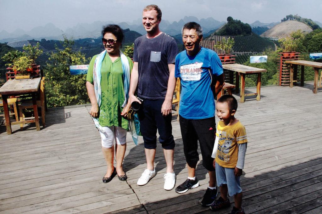 Merkwürdigkeiten aus China - Teeplantage - Touristen machen Fotos