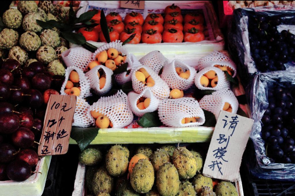 Merkwürdigkeiten aus China - Marktstand mit Obst