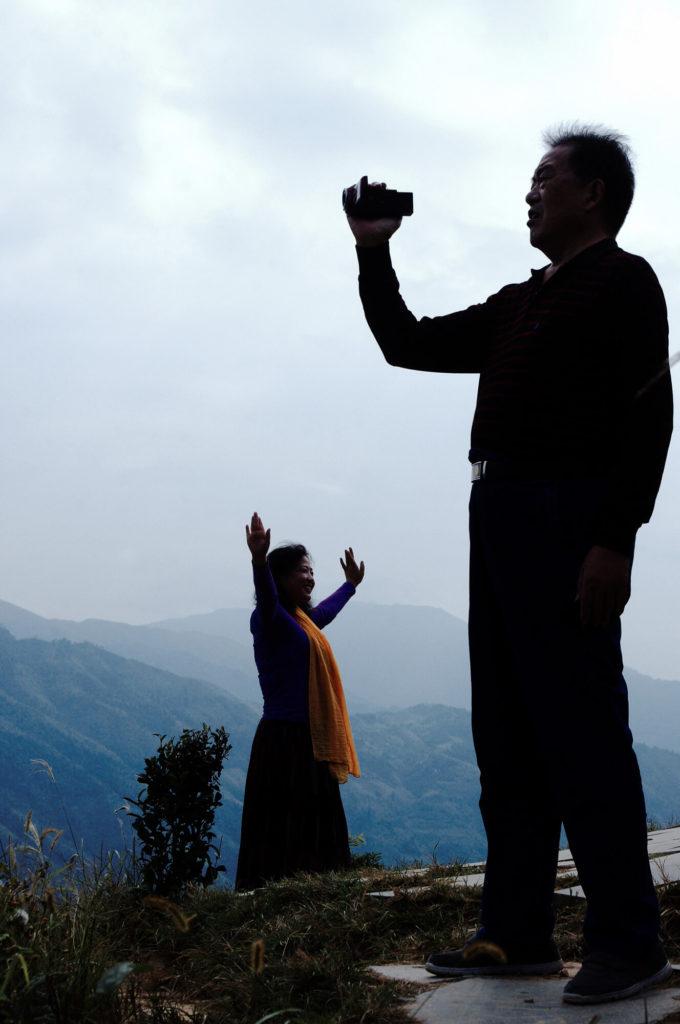 Merkwürdigkeiten aus China - Touristen machen Fotos in den Reisterrassen