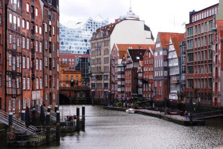 Typisch Hamburg! Tipps für ein Wochenende - alte Kaufmannshäuser am Nikolaifleet - Deichstraße Hamburg - Blick auf die Elbphilharmonie