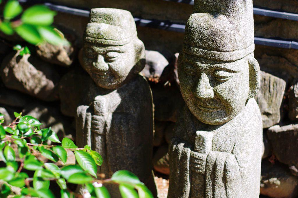 Gärten der Welt Berlin - Koreanischer Garten - zwei Steinfiguren