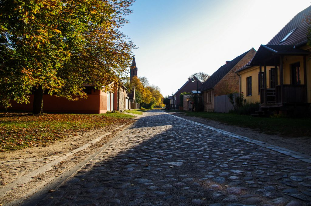 Dorfstraße in Brodowin in Brandenburg