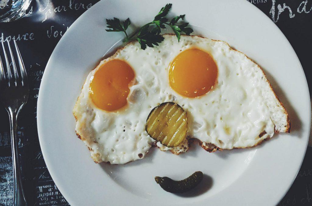 Spiegelei beim Frühstück