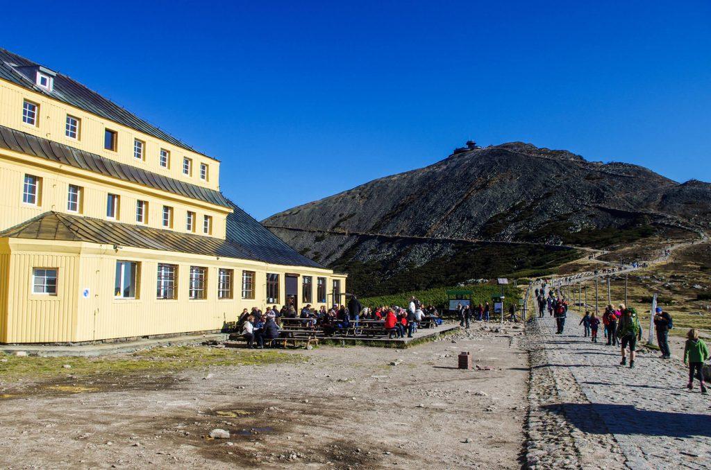 Schlesierhaus und Schneekoppe im Riesengebirge