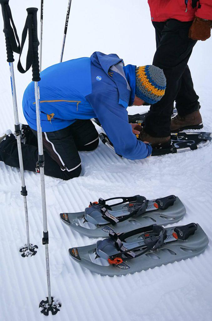Anlegen der Ausrüstung fürs Schneeschuhwandern