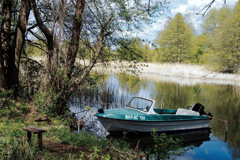 Kleines Motorboot auf der Havel bei Zehdenick
